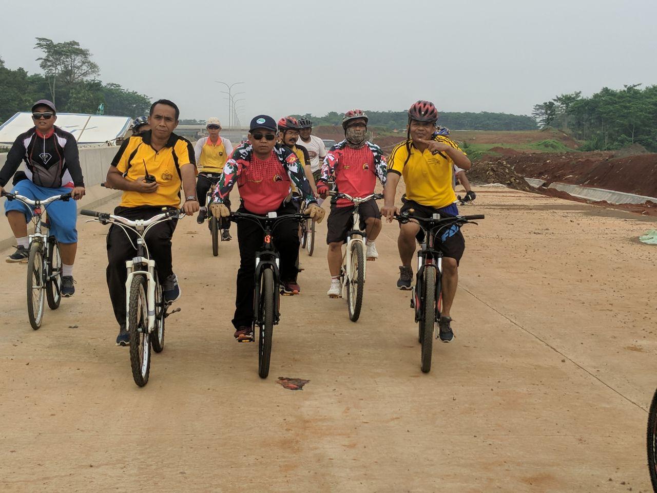 Ribuan Sepeda Ontel Susuri Jalan TOL - Tribrata News Jawa