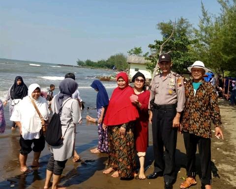 Polsek Batang Kota Berikan Himbauan Kepada Pengunjung Obyek Wisata Pantai Sigandu Tribrata News Jawa Tengah